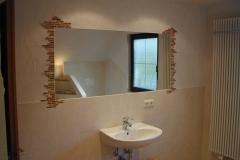 2009 - 3.3 eingelassener Spiegel, seitlich Mosaik, Wände geputzt