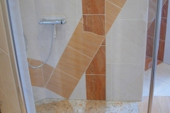 2005 - 1.2 ... findet sich im Duschtempel wieder und spiegelt sich im Mosaik auf dem Boden