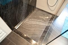 2014 3.2 Naturstein Silver brown wave Wand im Boden gespiegelt